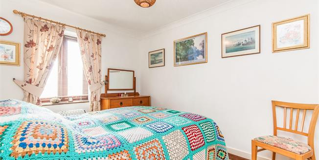 Guide Price £140,000, 2 Bedroom Flat For Sale in Ramsgate, CT11