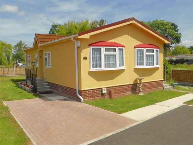 2 Bedroom Mobile Home For Sale in Hockley for Guide Price