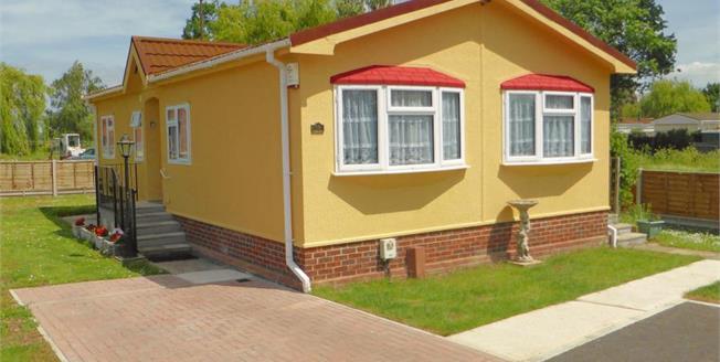 Guide Price £175,000, 2 Bedroom Mobile Home For Sale in Hullbridge, SS5