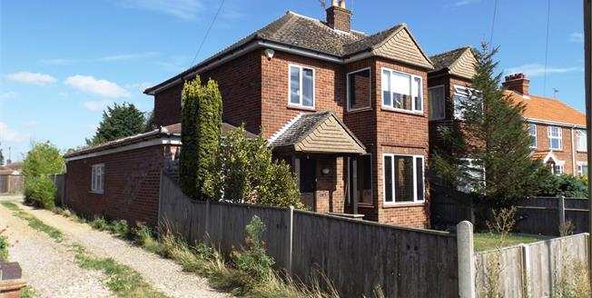 Guide Price £250,000, 4 Bedroom Detached House For Sale in Bradwell, NR31