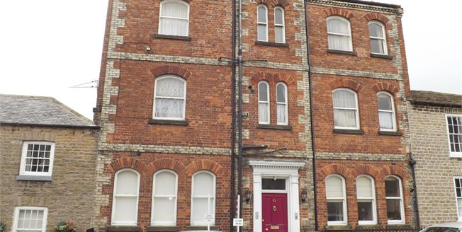 Guide Price £135,000, 2 Bedroom Upper Floor Flat For Sale in Richmond, DL10