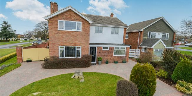 Guide Price £350,000, 4 Bedroom Detached House For Sale in Great Ayton, TS9