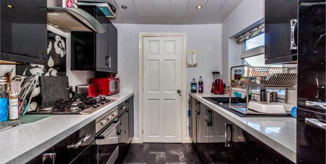 Guide Price £90,000, 3 Bedroom Maisonette For Sale in Gateshead, NE8