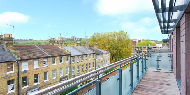 Asking Price £700,000, 3 Bedroom Upper Floor Flat For Sale in London, N8