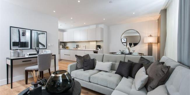 £490,000, Flat For Sale in High Road, N20