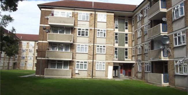 £240,000, 2 Bedroom Upper Floor Flat For Sale in Northolt, UB5