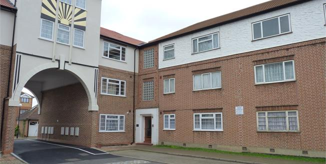 Asking Price £240,000, 2 Bedroom Flat For Sale in Southall, UB1