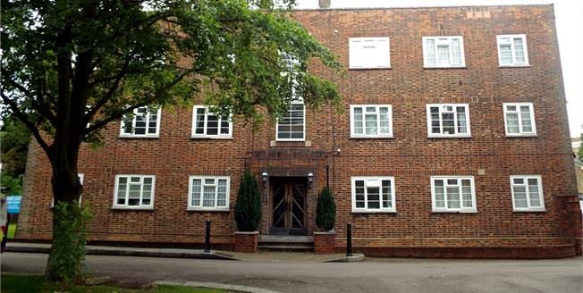 Offers in the region of £425,000, 3 Bedroom Flat For Sale in London, N14