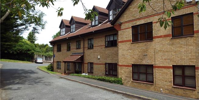 Offers in the region of £425,000, 2 Bedroom Flat For Sale in London, N14