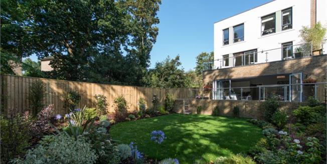 Guide Price £825,000, 4 Bedroom House For Sale in Southgate, N14