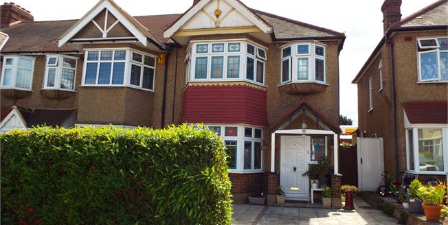 £450,000, 3 Bedroom Semi Detached House For Sale in Waltham Cross, EN8