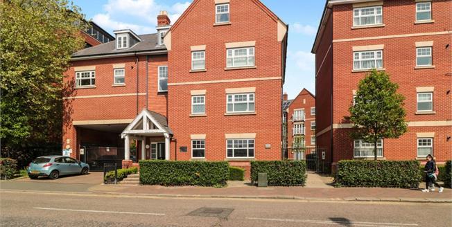 Offers in the region of £295,000, 2 Bedroom Maisonette For Sale in Waltham Cross, EN8