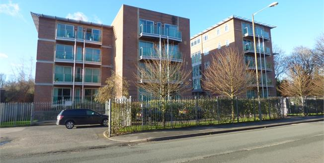 Guide Price £230,000, 2 Bedroom Flat For Sale in Didsbury, M20