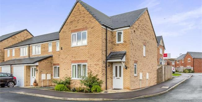 Guide Price £195,000, 3 Bedroom Detached House For Sale in Newcastle, ST5