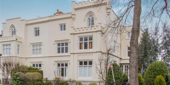 Guide Price £220,000, 2 Bedroom Flat For Sale in Leamington Spa, CV32