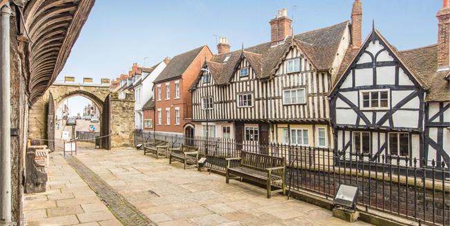 Offers Over £600,000, 4 Bedroom For Sale in Warwick, CV34