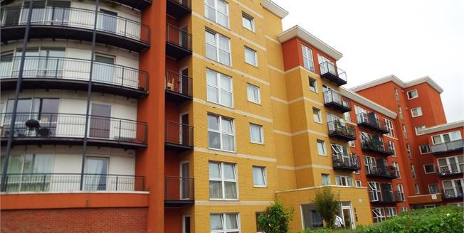 Asking Price £225,000, 1 Bedroom Ground Floor Flat For Sale in Ilford, IG2
