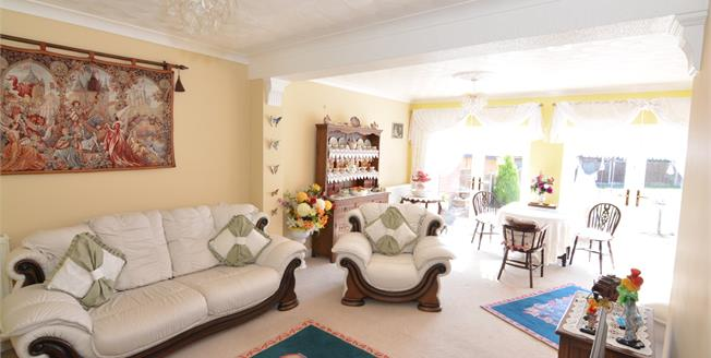 Guide Price £350,000, 3 Bedroom Detached Bungalow For Sale in Basildon, SS16