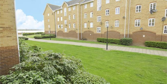 Guide Price £210,000, 2 Bedroom Flat For Sale in Grays, RM17