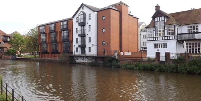 Guide Price £300,000, 2 Bedroom Flat For Sale in Tonbridge, TN9
