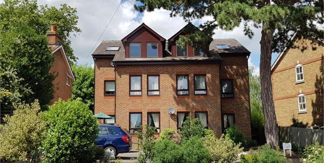 Guide Price £200,000, 2 Bedroom Flat For Sale in Tonbridge, TN9