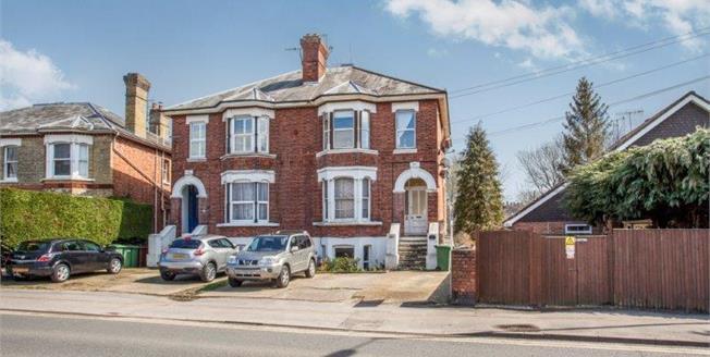 Guide Price £270,000, 2 Bedroom Upper Floor Flat For Sale in Tunbridge Wells, TN1