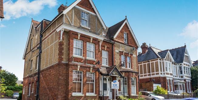 Guide Price £250,000, 2 Bedroom Flat For Sale in Tunbridge Wells, TN4