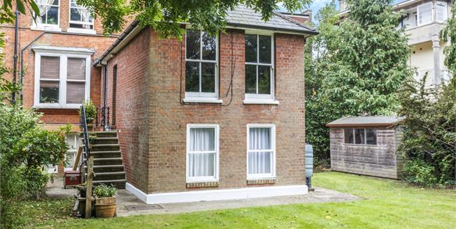 Guide Price £300,000, 2 Bedroom Cottage For Sale in Tunbridge Wells, TN1