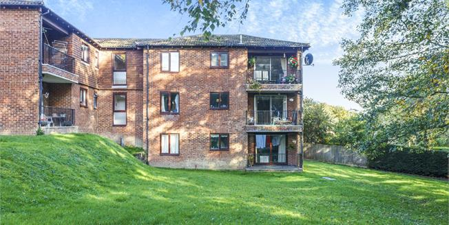 Guide Price £200,000, 2 Bedroom Flat For Sale in Crowborough, TN6