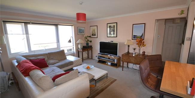 Guide Price £200,000, 2 Bedroom Flat For Sale in Southborough, TN4