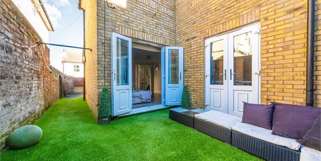 Guide Price £280,000, 2 Bedroom Ground Floor Flat For Sale in Tunbridge Wells, TN4