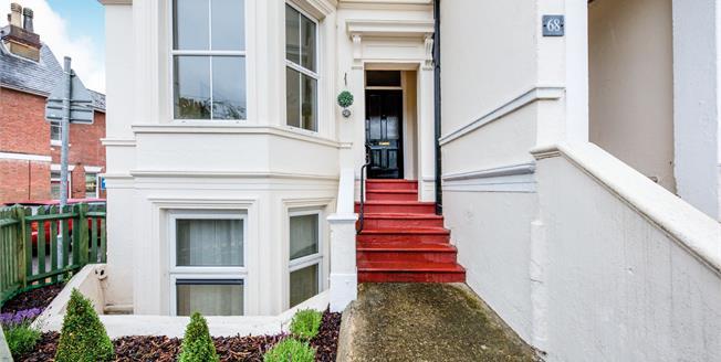 Guide Price £275,000, 1 Bedroom Ground Floor Flat For Sale in Tunbridge Wells, TN1