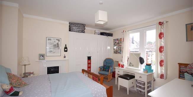 Asking Price £185,000, 2 Bedroom Flat For Sale in Uckfield, TN22