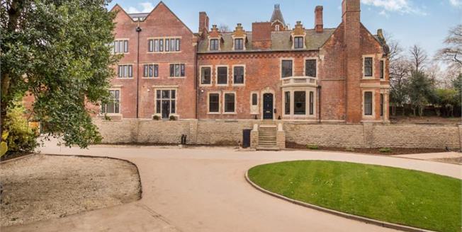 £170,000, 2 Bedroom Flat For Sale in Nottingham, NG3