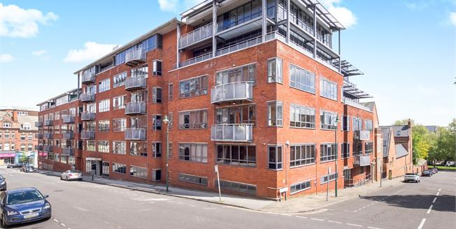 Guide Price £155,000, 2 Bedroom Flat For Sale in Nottingham, NG1