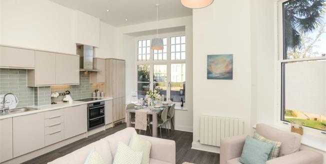 £175,000, 2 Bedroom Flat For Sale in Totnes Road, TQ4