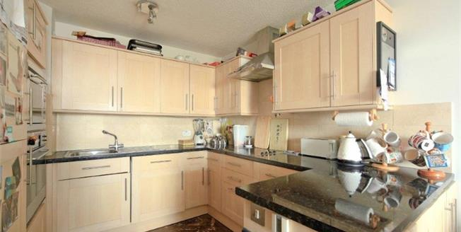 Offers in excess of £300,000, 1 Bedroom Flat For Sale in Battersea, SW11