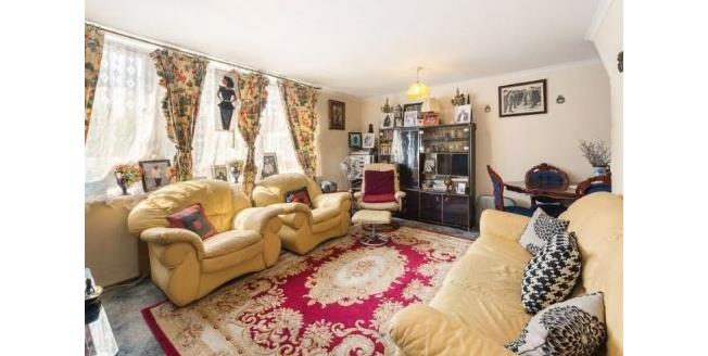 Offers in excess of £450,000, 3 Bedroom Flat For Sale in London, SW11