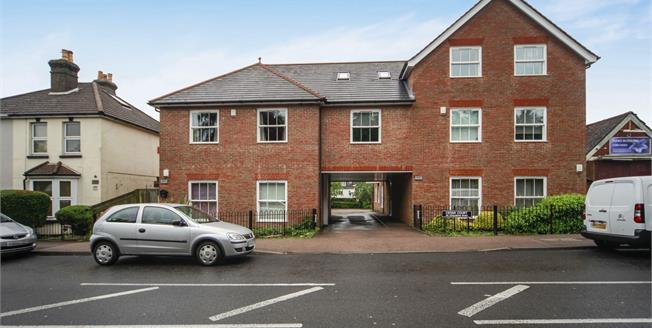 Guide Price £300,000, 2 Bedroom Upper Floor Flat For Sale in Caterham, CR3