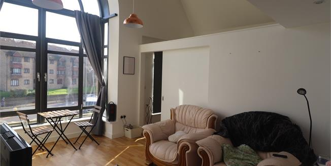 Asking Price £300,000, 2 Bedroom Flat For Sale in Surrey, CR3