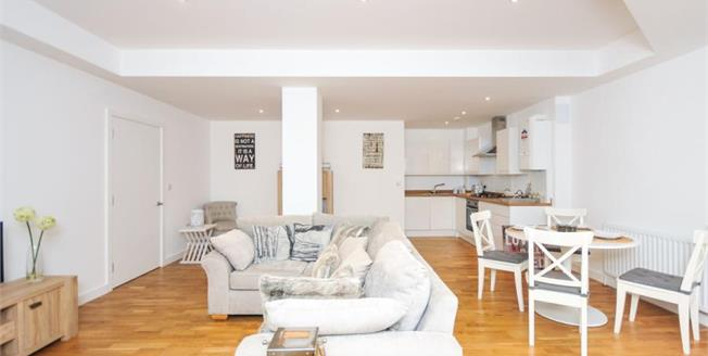 £350,000, 2 Bedroom Flat For Sale in Whyteleafe Hill, CR3