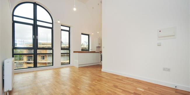 £300,000, 2 Bedroom Flat For Sale in Whyteleafe Hill, CR3