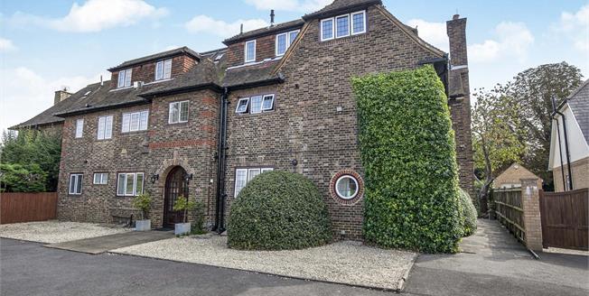 Asking Price £349,950, 2 Bedroom Flat For Sale in Epsom, KT17