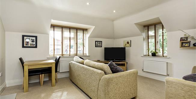 Guide Price £349,950, 2 Bedroom Flat For Sale in Bookham, KT23
