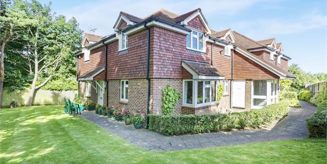 Guide Price £359,950, 2 Bedroom Upper Floor Flat For Sale in Bookham, KT23