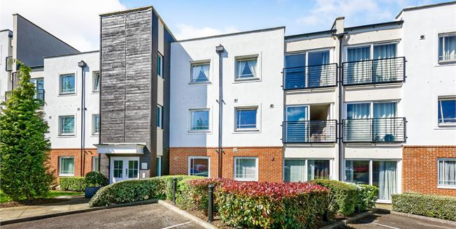 Guide Price £270,000, 2 Bedroom Flat For Sale in Leatherhead, KT22