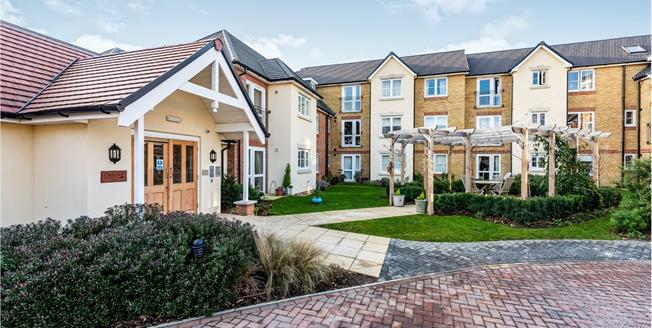 Guide Price £385,000, 2 Bedroom Flat For Sale in Leatherhead, KT22