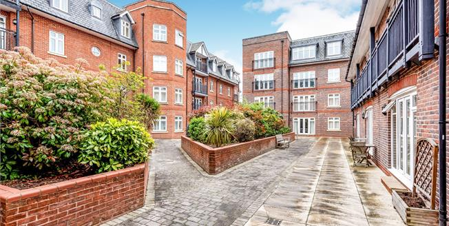 Guide Price £350,000, 2 Bedroom Flat For Sale in Leatherhead, KT22