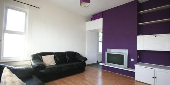 Guide Price £90,000, 1 Bedroom Upper Floor Flat For Sale in Beeston, NG9