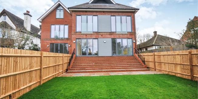 £450,000, 2 Bedroom Ground Floor Flat For Sale in South Croydon, CR2